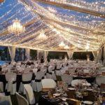 decoratieve verlichting in een tent met kristallen kroonluchters