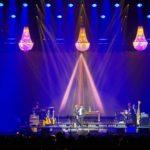 sfeerverlichting tijdens een concert met kristallen kroonluchters te huur