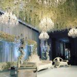 decoratie Azialtische bruiloft met bloemen en kroonluchters huren